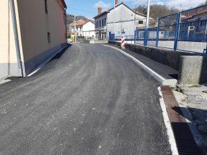Fotografija novog sloja asfalta i rubnjaka